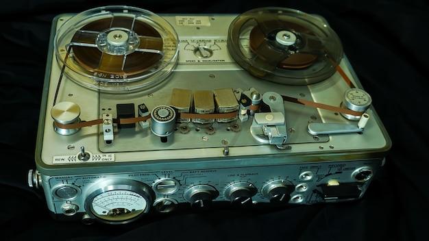 Oude draagbare haspel op haspel buisbandrecorder