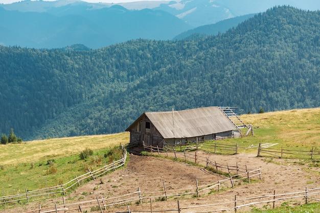 Oude eengezinsboerderij in de bergen. karpaten bergen oekraïne