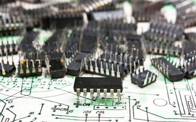 Oude elektronische componenten liggen op het bedradingsschema