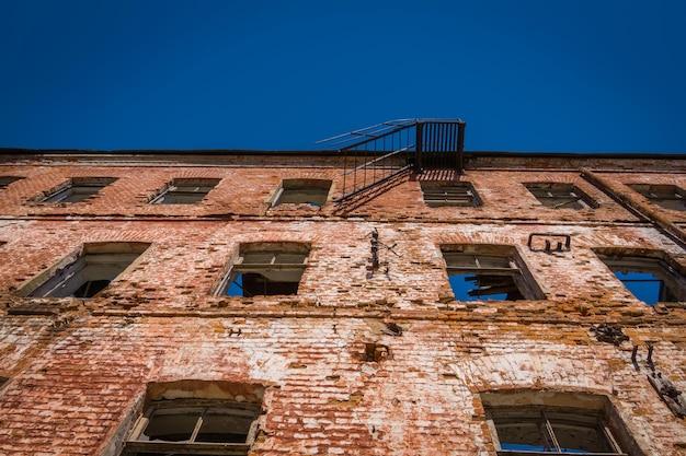 Oude en gebroken rode bakstenen gebouw achtergrond.