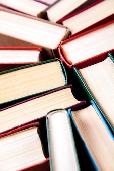 Oude en gebruikte hardcover boeken of tekstboeken van bovenaf gezien. boeken en lezen zijn essentieel voor zelfverbetering, het verwerven van kennis en succes in onze carrières, zakelijke en persoonlijke levens