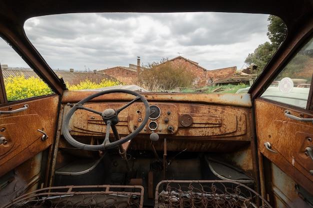 Oude en roestige auto van binnenuit