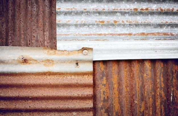 Oude en roestige beschadigde gegalvaniseerde textuur. grunge textuur van oud roestig metaal met krassen en scheuren achtergrond, kleur afgezwakt. Premium Foto