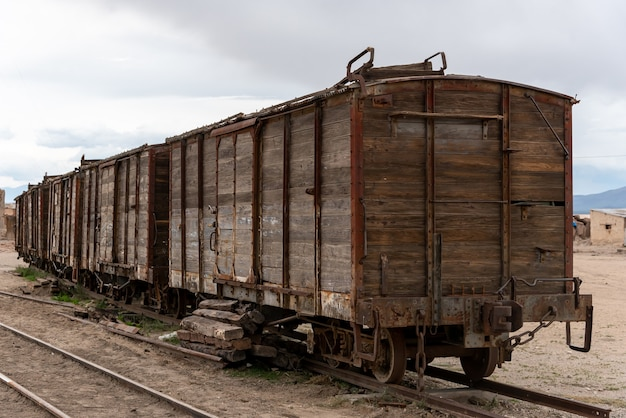 Oude en roestige houten treinauto achtergelaten op een spoorlijn. bolivia