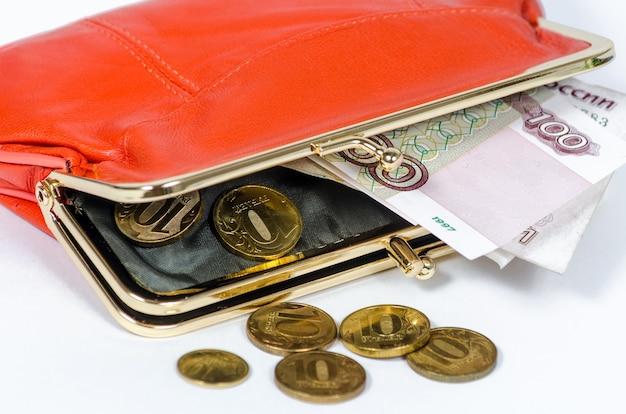 Oude en roestige russische munten voor 10 roebel. achtergrond van geld. arm land met kleine salarissen van de bevolking.