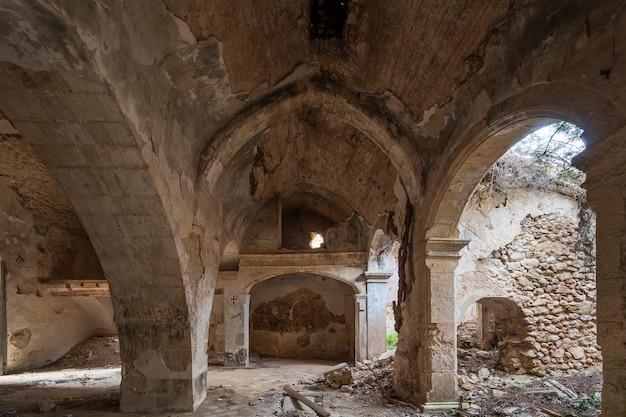 Oude en verwoeste kerk