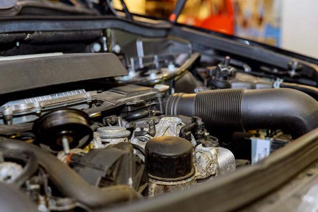 Oude en vuile motor van een auto in de garage.