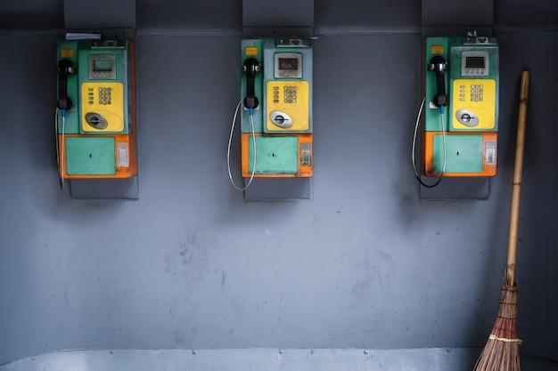 Oude en vuile openbare telefoon, vintage openbare telefoon