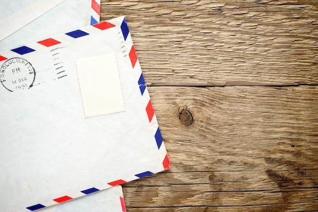Oude envelop op hout