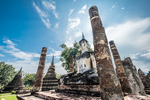 Oude erfenis boeddha en tempel in thailand