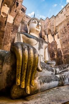 Oude erfenis enorme boeddha en tempel in thailand