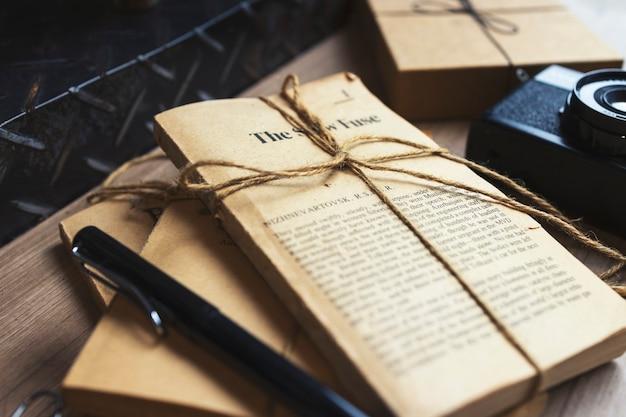 Oude fictieboeken op de tafelachtergrond