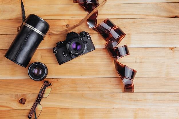 Oude filmcamera en een rol van op hout