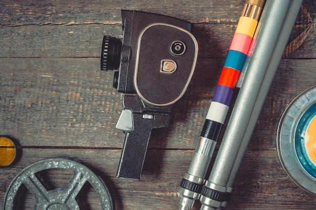 Oude filmcamera, statief en filmspoel