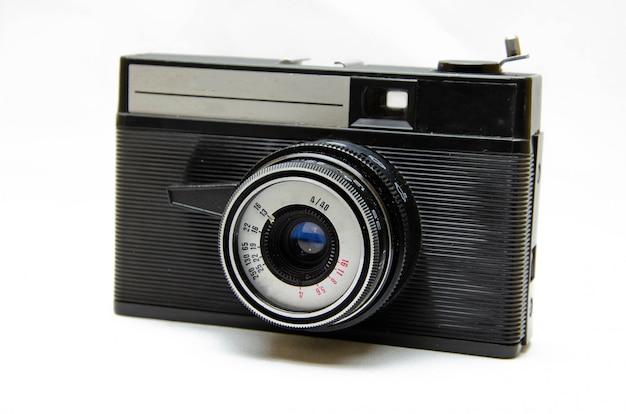 Oude filmcamera. zeldzaamheid camera. een camera in muzehanden, aanspanning. sovjet fotografische apparatuur. de camera in macro, lens, binnenkant, details