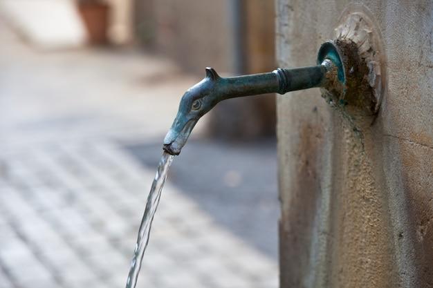 Oude fontein vallende stroom. detail van de stad van de provence