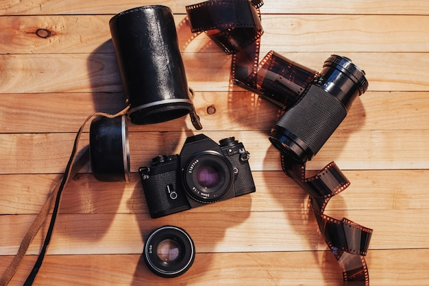 Oude fotofilm en analoge camera op tafel. fotografische rol. prachtig vintage design.