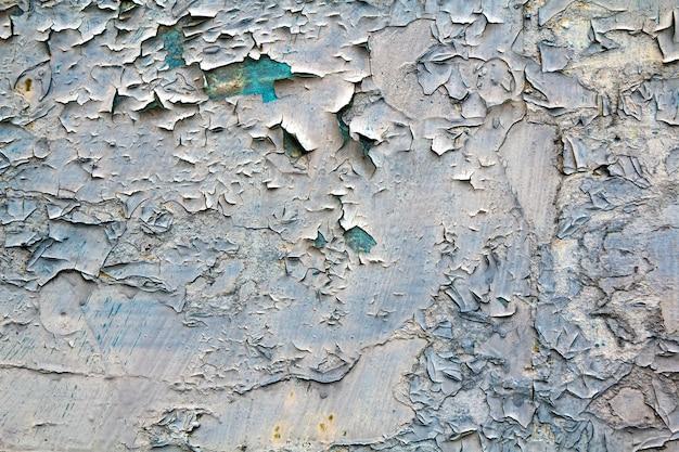 Oude gebarsten abstracte grunge vintage textuur. witte onregelmatige vlekken schilderen peeling van lichtblauw beton of houten wand of plafond vlak oppervlak.