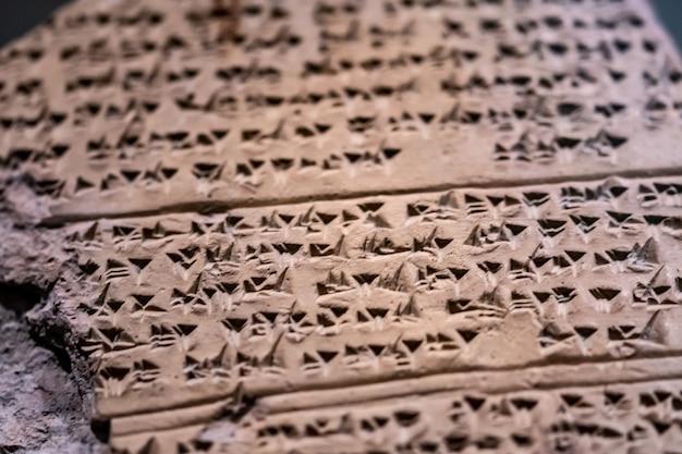 Oude gebeeldhouwde steen met oude tekens-hettitische bevindingen in anatolië, turkije