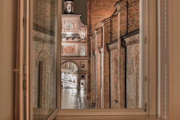 Oude gebouwen en appartementen in italië 's nachts