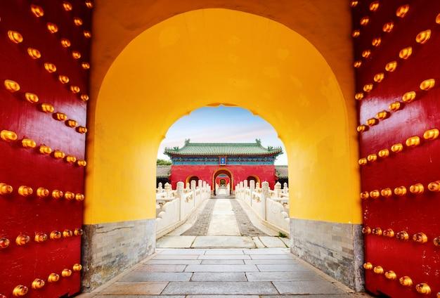 Oude gebouwen in beijing, china. chinese tekst is: zhai palace, de naam van het oude gebouw.