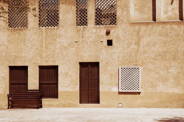 Oude gebouwen in de straten van het oude dubai
