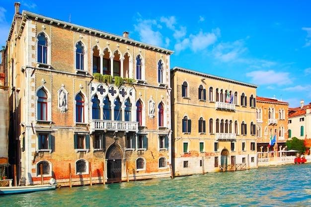Oude gebouwen op canal grande in venetië, italië