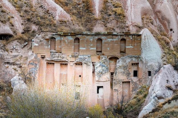 Oude gebouwen van unesco werelderfgoed, cappadocië, turkije onder bewolkte hemel