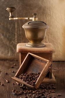 Oude gebroken koffiemolen