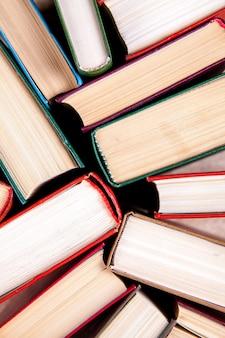 Oude gebruikte hardback boeken of tekstboeken van bovenaf gezien. het lezen van boeken is essentieel voor zelfverbetering, het verwerven van kennissucces in onze carrières en zakelijke persoonlijke levens