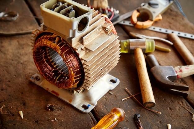 Oude gedemonteerde elektromotor