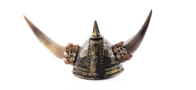 Oude gehoornde helm geïsoleerd op witte achtergrond