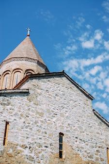 Oude georgische kerk in de bergen