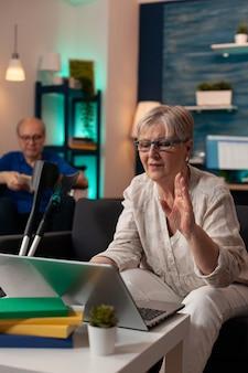 Oude gepensioneerde vrouw praten over video-oproeptechnologie