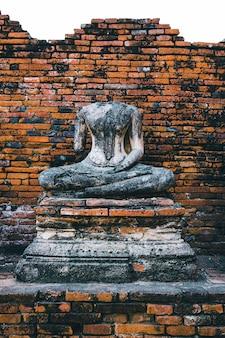 Oude geruïneerde stoepa-boeddha met in ayutthaya historical park, thailand