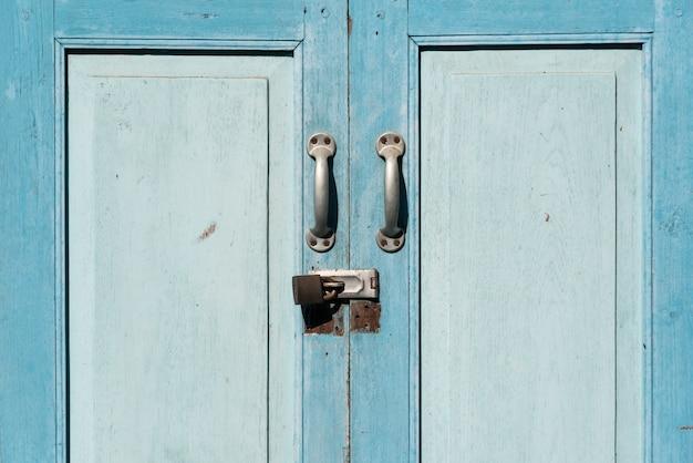Oude gesloten en vergeten deuropening