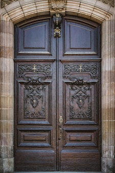 Oude gesneden houten deur in neoklassieke stijl