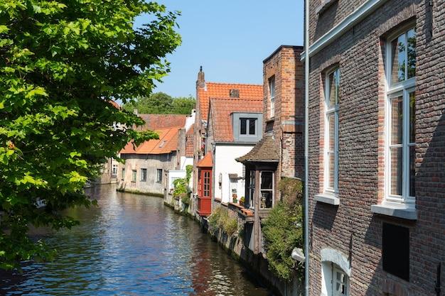 Oude gevels van gebouwen op rivierkanaal, europa