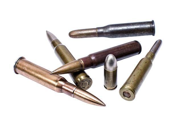 Oude geweerpatronen en één pistoolbeschermer Premium Foto