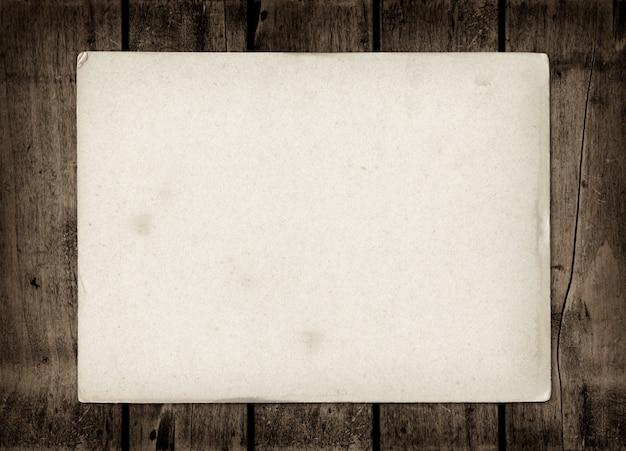 Oude geweven vel papier op een donkere houten tafel