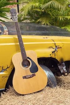 Oude gitaar en oude vrachtwagendecoratie bij padieveld
