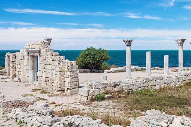 Oude griekse basiliek en marmeren kolommen in chersonesus taurica.