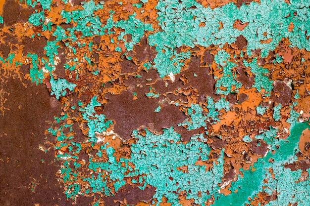 Oude groene verf op het metaal en druppels roest. grunge vintage textuur voor achtergrond