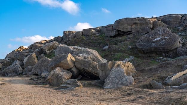 Oude grot voor de kust van de kaspische zee