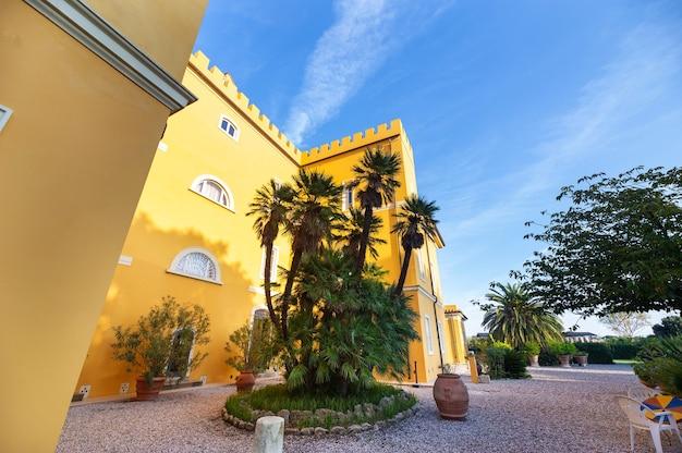 Oude grote gele villa in de regio toscane.italië