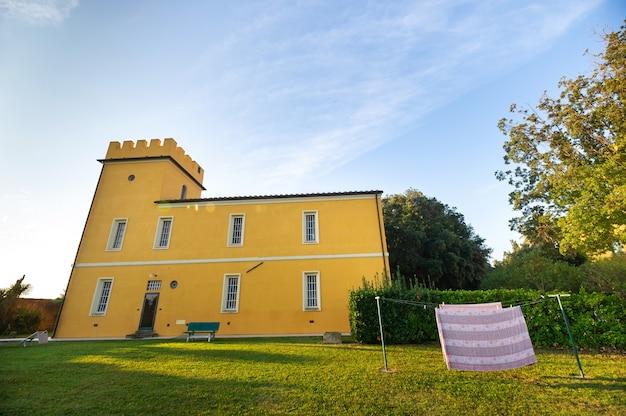 Oude grote gele villa in de regio toscane