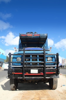 Oude grunge oude vrachtwagen onder blauwe hemel