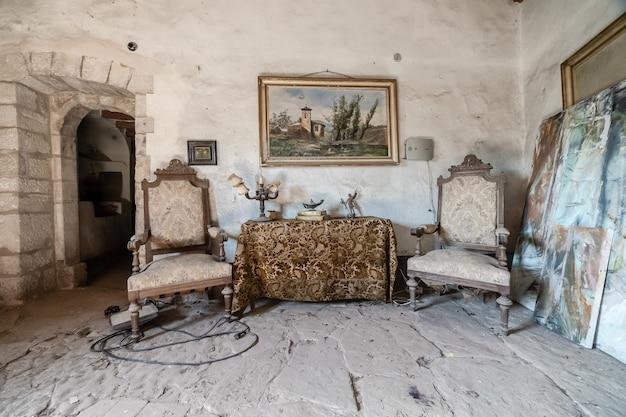 Oude hal van een kasteel met fauteuils