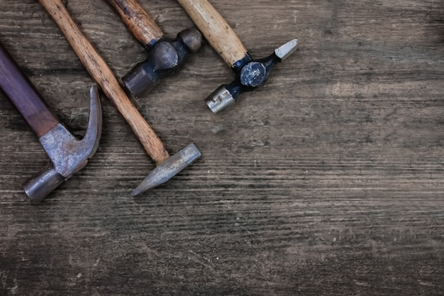 Oude hamers op houten tafel