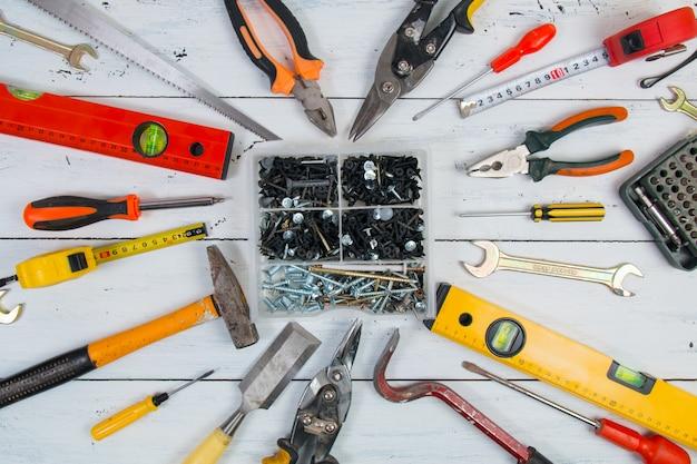 Oude hand constructie tools op een houten oppervlak.